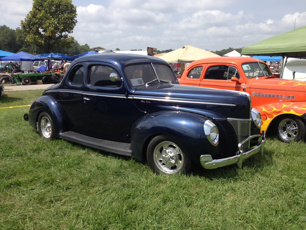 Good looking '40 Deluxe coupe.